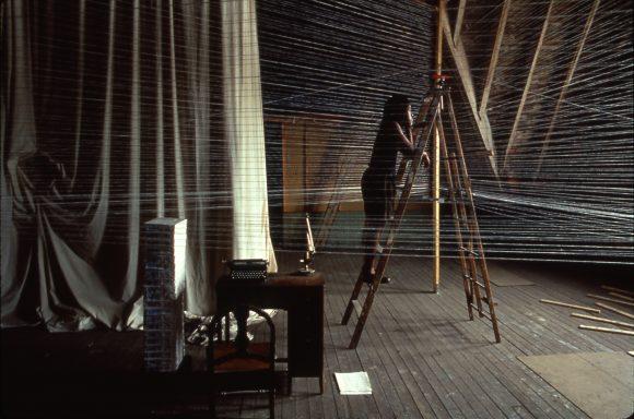 <p>Bild: Renée Green, <em>Sites of Genealogy: Loophole of Retreat</em>, Installationsansicht, PS1 Museum, New York 1990. Courtesy Free Agent Media; Bortolami Gallery, New York; Galerie Nagel Draxler, Berlin; Foto: Tom Warren</p>