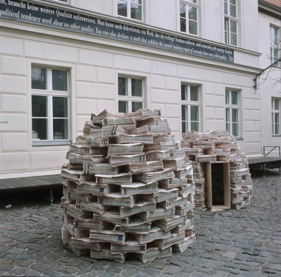 <p>Akira Suzuki, <em>Selfbuild Shelter</em>, <em>28 / 29 / 02 / 04</em>; Installationsansicht der 3. Berlin Biennale in den KW Institute for Contemporary Art, Berlin 2004; Foto: Werner Maschmann</p>