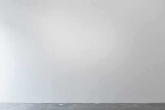 Ian Wilson, <i>Circle on the Wall</i>, 1968, Grey pencil (drawn on the wall by means of a thin wire and nail with the centre at eye level); Courtesy the artist and Jan Mot, Brussels Collections: AGO Art Gallery of Ontario, Toronto, CA; Yves Gevaert, Brussels; Jonathan Monk, Berlin; Paul Goede, Amsterdam, Raymond Verbouwens, Brussels; Mario Garcia Torres, Mexico City, Installation view KW Institute for Contemporary Art, Berlin 2017, Photo: Frank Sperling