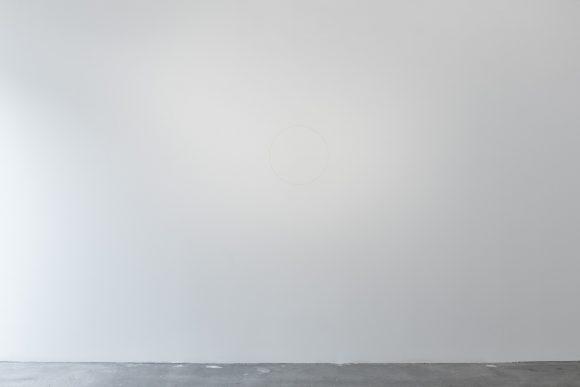 Ian Wilson, <i>Circle on the Wall</i>, 1968, Grauer Bleistift (an der Wand gezeichnet mittels eines dünnen Drahtes und auf Augenhöhe mittig befestigten Nagels), unlimitierte Auflage; Courtesy der Künstler und Jan Mot, Brüssel Sammlungen: AGO Art Gallery of Ontario, Toronto, CA; Yves Gevaert, Brüssel; Jonathan Monk, Berlin; Paul Goede, Amsterdam, Raymond Verbouwens, Brüssel; Mario Garcia Torres, Mexiko-Stadt, Installationsansicht KW Institute for Contemporary Art, Berlin 2017, Foto: Frank Sperling