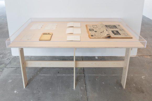 Vitrine entworfen von Ian Wilson, Installationsansicht KW Institute for Contemporary Art, Berlin 2017, Foto: Frank Sperling
