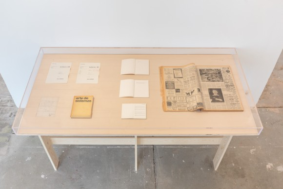 <p>Ian Wilson, Ausgewählte Anweisungen und Publikationen,1968–1989, Vitrine entworfen von Ian Wilson; Courtesy der Künstler und Jan Mot, Brüssel, Leihgabe von Jan Mot, Brüssel / Brussels; Installationsansicht KW Institute for Contemporary Art, 2017, Foto: Frank Sperling</p>