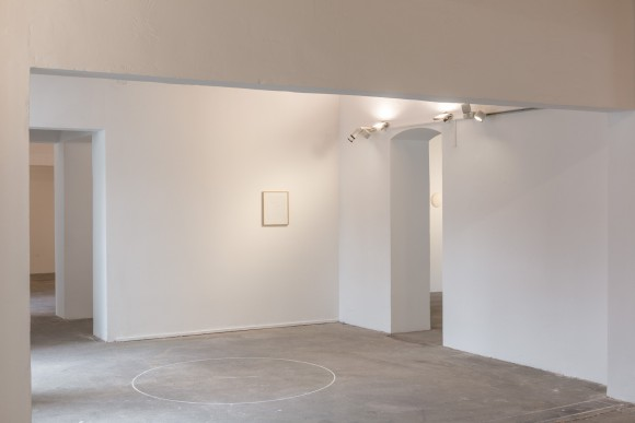 <p>Ian Wilson, <em>Circle on the floor (Chalk Circle</em>), 1968, unlimitierte Auflage, Courtesy der Künstler und Jan Mot; Ian Wilson, <em>The Pure Awareness of the Absolute / A Discussion</em>, 2014, Courtesy der Künstler und Jan Mot, Brüssel, Leihgabe: Jan Mot, Brüssel, <em>Untitled (Disc)</em>, 1967, Courtesy der Künstler, Installationsansicht KW Institute for Contemporary Art, 2017, Foto: Frank Sperling</p>