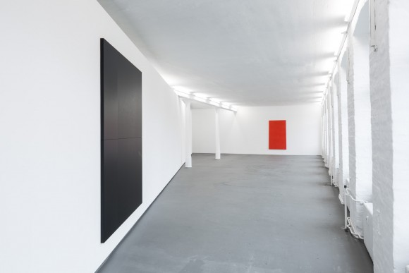 <p>Adam Pendleton, <em>Black Dada/Column (A)</em>, 2015, Courtesy der Künstler und Galerie Eva Presenhuber, Zürich ; Ian Wilson, <em>Red Rectangle</em>, 1966 (rekonstruiert  in 2008), Courtesy der Künstler und Jan Mot, Brussels; Installationsansicht KW Institute for Contemporary Art, 2017, Foto: Frank Sperling</p>