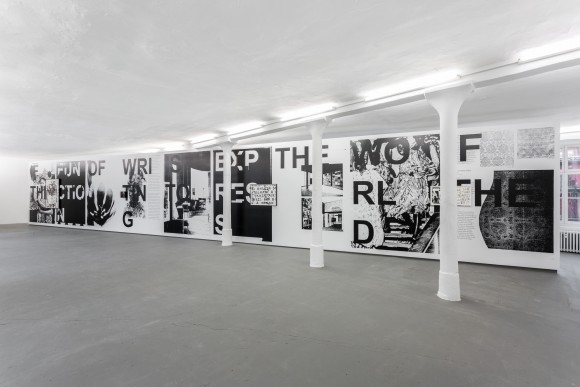 <p>Adam Pendleton, <em>shot him in the face</em>, 2017, Installationsansicht KW Institute for Contemporary Art, 2017, Foto: Frank Sperling</p>