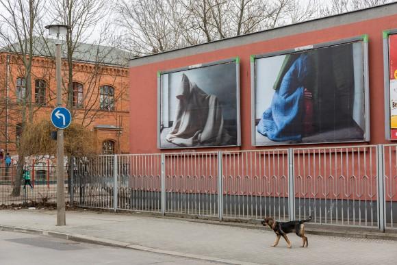<p>Paul Elliman, <em>Autumn/Winter 2016/17</em>, 2017,Plakate im Stadtraum (Diesterwegstraße/ Zeiss-Großplanetarium), Courtesy der Künstler, Foto: Frank Sperling</p>