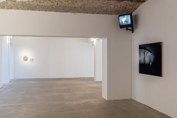 From left to right: Ronald Jones, <i>o.T.</i>, 1992, Courtesy Artelier Contemporary, Graz (AT); Julia Scher, <i>Occupational Placement, O.P.</i>, 1989–90, Courtesy the artist and Esther Schipper, Berlin; Louise Lawler, <i>Silent Night</i>, 2011/2013, Courtesy the artist, Sprüth Magers, Berlin und Metro Pictures, New York, Installation view KW Institute for Contemporary Art, Berlin 2017, Photo: Frank Sperling
