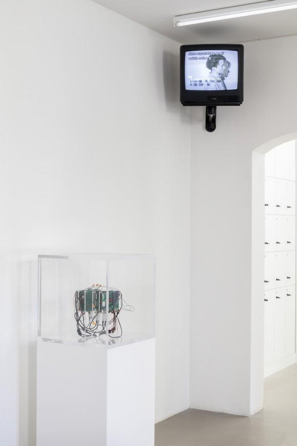 <p>v.l.n.r.: Trevor Paglen, <em>Autonomy Cube</em>, 2015, Courtesy der Künstler; Metro Pictures, New York; Altman Siegel, San Francisco; Julia Scher, <em>Occupational Placement, O.P.</em>, 1989–90, Courtesy die Künstlerin und Esther Schipper, Berlin</p>