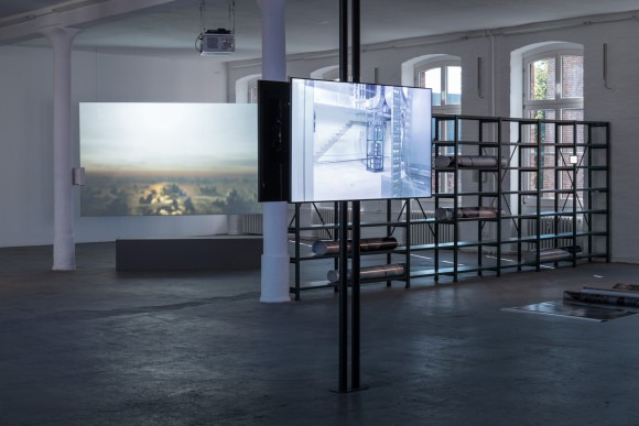<p>Nicholas Mangan, Installationsansicht <em>Limits to Growth,</em> KW Institute for Contemporary Art, 2017, Foto: Frank Sperling</p>