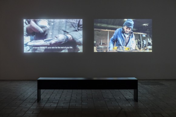 Hiwa K, The Bell Project, 2007/2015, Zwei-Kanal-Videoinstallation, Installationsansicht KW Institute for Contemporary Art, 2017, Foto: Frank Sperling
