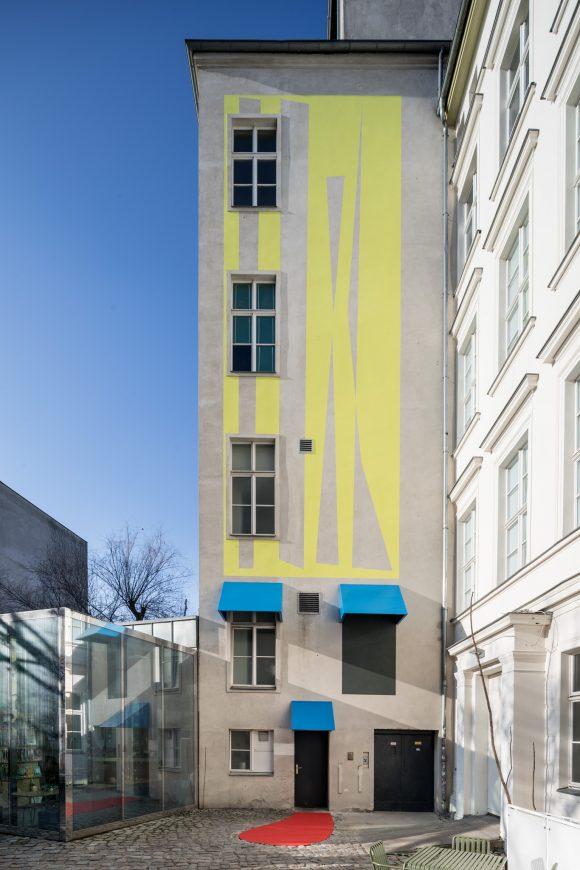 Judith Hopf, <i>Stepping Stairs</i>, 2018, Fassadenarbeit im Innenhof der KW Institute for Contemporary Art, Foto: Frank Sperling