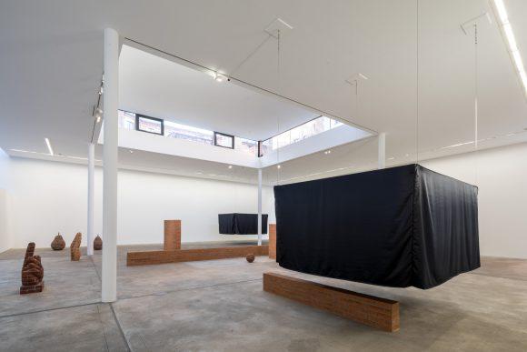<p>Judith Hopf, Installationsansicht <em>Stepping Stairs </em>in den KW Institute for Contemporary Art, Foto: Frank Sperling</p>