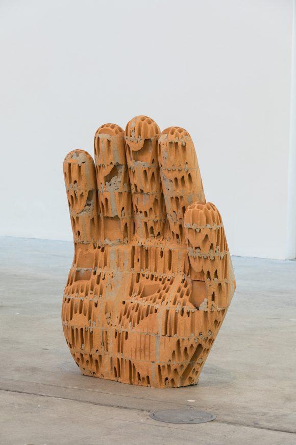 <p>Judith Hopf, <em>Hand 4</em>, 2017, Installationsansicht KW Institute for Contemporary Art, Courtesy die Künstlerin und Deborah Schamoni, München, Foto: Frank Sperling</p>