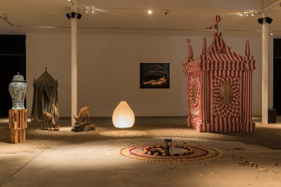 <p>AA Bronson, <em>Garten der Lüste</em>, 2018, Installationsansicht KW Institute for Contemporary Art, Foto: Frank Sperling</p>