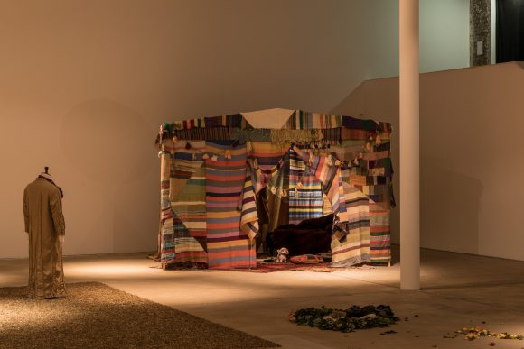 <p>AA Bronson in Zusammenarbeit mit Travis Meinolf,<em> Tent for Healing</em>, 2013, Mixed Media-Installation, <br />  Installationsansicht KW Institute for Contemporary Art, Foto: Frank Sperling, Courtesy der Künstler und Stedelijk Museum, Amsterdam</p>