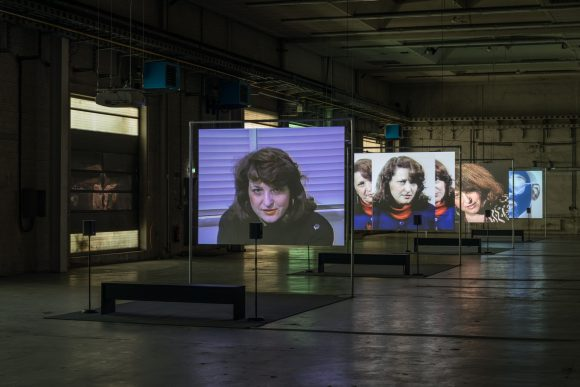 Lynn Hershman Leeson, <i>First Person Plural, the Electronic Diaries of Lynn Hershman, 1984–96</i> (in vier Teilen), Installationsansicht in der Ausstellung <i>First Person Plural</i>, KW Institute for Contemporary Art, Berlin, 2018, Foto: Frank Sperling