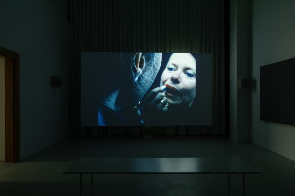 <p>Beatrice Gibson, <em>I Hope I'm Loud When I'm Dead</em>, 2018, Installationsansicht in der Ausstellung KW Production Series, KW Institute for Contemporary Art in der Julia Stoschek Collection Berlin, 2018, Courtesy die Künstlerin, Foto: Frank Sperling</p>