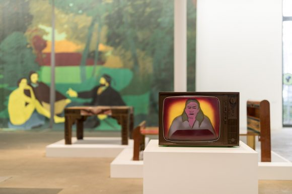 Beatriz González, <i>La caja en la caja</i> (vorne), 2010, <i>Télon de la móvil y cambiante naturaleza</i> (hinten), 1978, Installationsansicht in der Ausstellung <i>Retrospective 1965–2017</i>, KW Institute for Contemporary Art, Berlin 2018, Foto: Frank Sperling