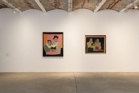 Beatriz González, <i>Los suicidas del Sisga n.°2</i> (links), 1965, <i>Estirpe de reinas</i> (rechts), 1967,  Installationsansicht in der Ausstellung <i>Retrospective 1965–2017</i>, KW Institute for Contemporary Art, Berlin 2018, Foto: Frank Sperling
