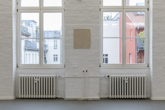 "<p>Sidsel Meineche Hansen, <em>PA.VA, </em>2018, Installationsansicht in der Ausstellung <em>Real Doll Theatre</em>, KW Institute for Contemporary Art, Berlin, 2018, <span lang=""EN-US"">Courtesy die Künstlerin und Rodeo, London/</span>Piräus, Foto: Frank Sperling</p>"