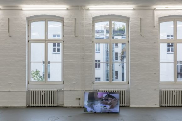 "<p>Sidsel Meineche Hansen, <em>Maintenancer, </em>2018, Installationsansicht in der Ausstellung <em>Real Doll Theatre</em>, KW Institute for Contemporary Art, Berlin, 2018, <span lang=""EN-US"">Courtesy die Künstlerin und Rodeo, London/</span>Piräus, Foto: Frank Sperling</p>"