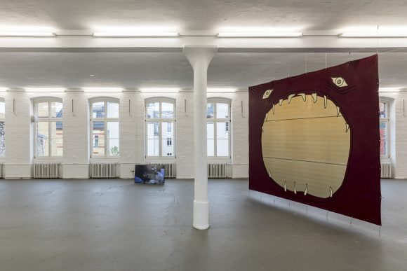 "<p>Sidsel Meineche Hansen, Installationsansicht in der Ausstellung <em>Real Doll Theatre</em>, KW Institute for Contemporary Art, Berlin, 2018, <span lang=""EN-US"">Courtesy die Künstlerin und Rodeo, London/</span>Piräus, Foto: Frank Sperling</p>"