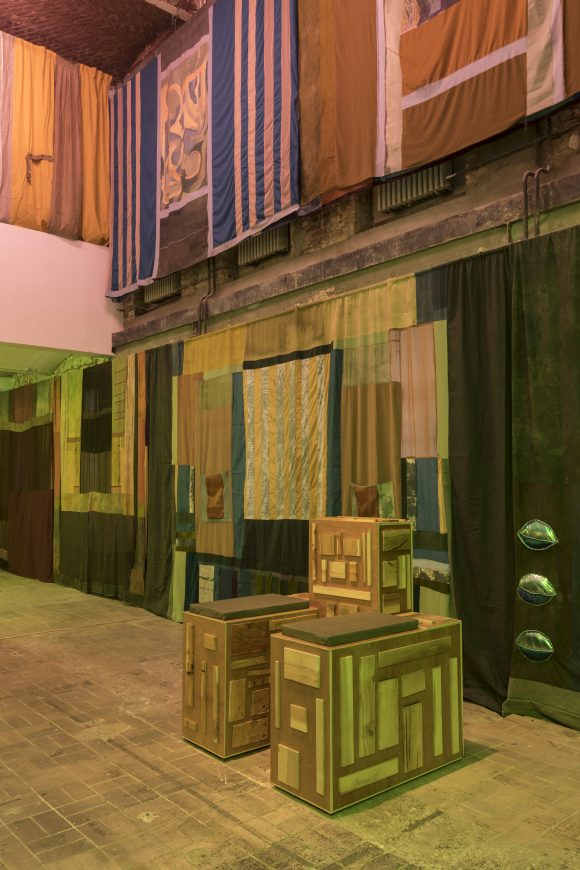 "<p>Tamara Henderson, <em>Nomad, Seasons End Curtains, </em>2018, Installationsansicht in der Ausstellung <em>Womb Life</em>, KW Institute for Contemporary Art, Berlin, 2018, <span lang=""EN-US"">Courtesy die Künstlerin und Rodeo, London/</span>Piräus, Foto: Frank Sperling</p>"