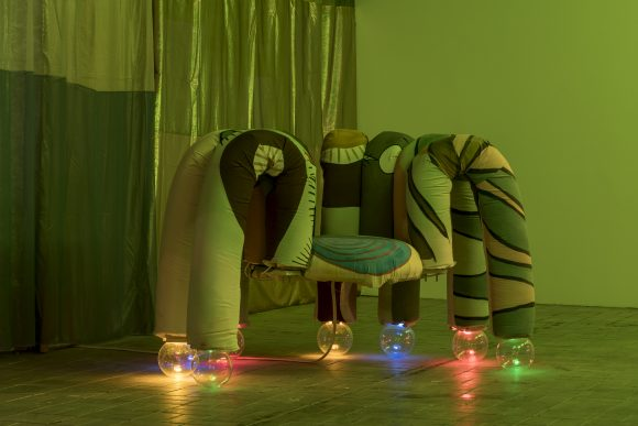 "<p>Tamara Henderson, <em>Sun Spider, </em>2018, Installationsansicht in der Ausstellung <em>Womb Life</em>, KW Institute for Contemporary Art, Berlin, 2018, <span lang=""EN-US"">Courtesy die Künstlerin und Rodeo, London/</span>Piräus, Foto: Frank Sperling</p>"