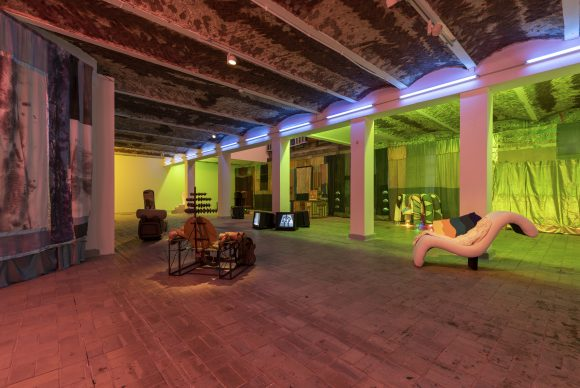"<p>Tamara Henderson, Installationsansicht in der Ausstellung <em>Womb Life</em>, KW Institute for Contemporary Art, Berlin, 2018, <span lang=""EN-US"">Courtesy die Künstlerin und Rodeo, London/</span>Piräus, Foto: Frank Sperling</p>"