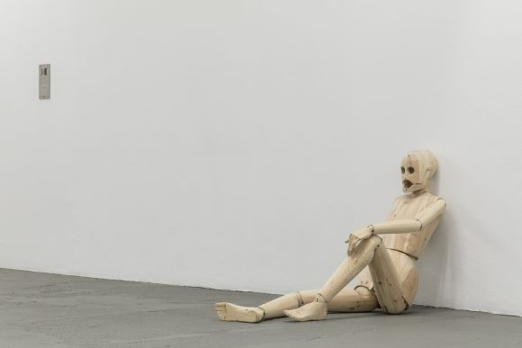 "<p>Sidsel Meineche Hansen, <em>Untitled (Sex Robot),</em> 2018, Installationsansicht in der Ausstellung <em>Real Doll Theatre</em>, KW Institute for Contemporary Art, Berlin, 2018, <span lang=""EN-US"">Courtesy die Künstlerin und Rodeo, London/</span>Piräus, Foto: Frank Sperling</p>"