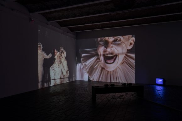 <p>Reza Abdoh, <em>Quotations From a Ruied City, </em>1993, Standbild aus Video, Installationsansicht in der Ausstellung <em>Reza Abdoh, </em>KW Institute for Contemporary Art, Berlin, 2019, Courtesy Adam Soch und the Estate of Reza Abdoh, Foto: Frank Sperling</p>