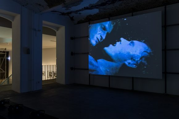 <p>Marion Scemama und David Wojnarowicz, <em>When I Put My Hands on Your Body</em>, 1989, Standbild aus Super-8-Film, Installationsansicht in der Ausstellung David Wojnarowicz <em>Photography & Film 1978–1992</em>, KW Institute for Contemporary Art, Berlin, 2019, Courtesy Marion Scemama, Foto: Frank Sperling</p>
