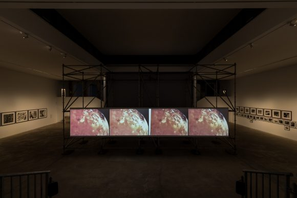 <p>David Wojnarowicz und Ben Neill, <em>ITSOFOMO – In the Shadow of Forward Motion</em>, 1989/2018, Standbild aus VHS-Video auf Digitalvideo, Installationsansicht in der Ausstellung David Wojnarowicz <em>Photography & Film 1978–1992</em>, KW Institute for Contemporary Art, Berlin, 2019, Courtesy Marion Scemama, Foto: Frank Sperling</p>