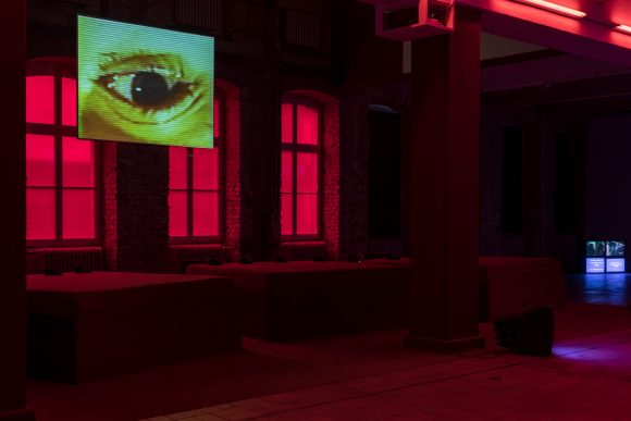 <p>Reza Abdoh, <em>Bogeyman</em>, 1991, Standbild aus Video, Installationsansicht in der Ausstellung <em>Reza Abdoh, </em>KW Institute for Contemporary Art, Berlin, 2019, Courtesy Adam Soch und the Estate of Reza Abdoh, Foto: Frank Sperling</p>