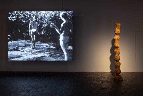 v.l.n.r.: Michael Morris, <i>Light-On</i>, 1972; Vincent Trasov, <i>Endless Peanut Column</i>, 1978/2019; Installationsansicht <i>Image Bank</i> in den KW Institute for Contemporary Art, Berlin, 2019, Courtesy the Morris/Trasov Archive, Morris and Helen Art Gallery, University of British Columbia (CA), Foto: Frank Sperling
