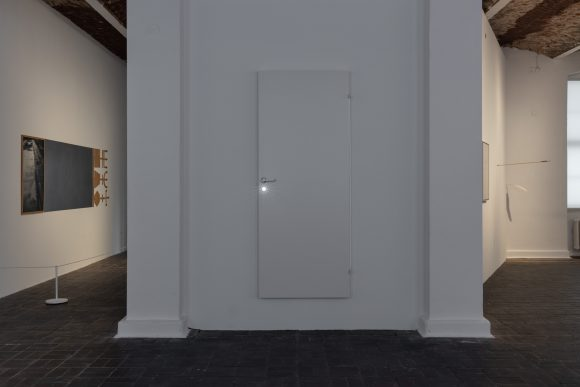 Hreinn Friðfinnsson, <i>Door</i>, 1964–1965/2016, Installationsansicht <i>To Catch a Fish with a Song: 1964–Today</i> in den KW Institute for Contemporary Art, Berlin, 2019, Courtesy Collection of Reykjavík Art Museum, Foto: Frank Sperling