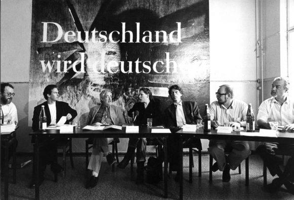<p>Pressekonferenz der Plakataktion <em>Deutschland wird deutscher</em> in den Kunst-Werken Berlin, 30.04.1993: (v.l.n.r.) W. Herzogenrath, K. Biesenbach, U. Roloff-Momin, K. Sieverding, V. Görner, J. Merkert, K. Herrfurth; Courtesy die Künstlerin und VG Bild-Kunst, Bonn; Foto: Bettina Keller</p>