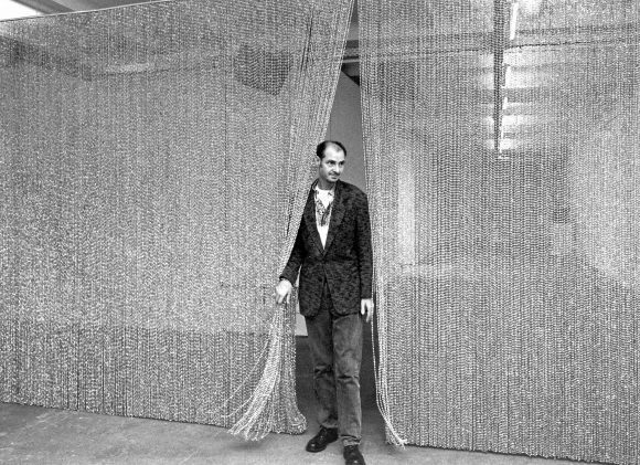 <p>Frank Wagner in the exhibition<em> Félix González-Torres (1957–1996),</em> RealismusStudio / nGbK Berlin, 1996, photo: Jürgen Henschel</p>