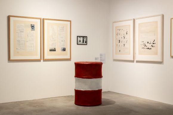 <p>Hinten links: Hassan Sharif, <em>Handwriting No. 1</em>, 1983; mittig: <em>Barrel</em>, 1985; hinten rechts: <em>Handwriting No. 2</em>, 1983; Installationsansicht der Ausstellung <em>I Am The Single Work Artist</em> in den KW Institute for Contemporary Art, Berlin 2020; Courtesy Sharjah Art Foundation Collection; Foto: Frank Sperling</p>
