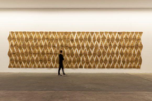 <p>Hassan Sharif, <em>Broom</em>, 2016; Installationsansicht der Ausstellung <em>I Am The Single Work Artist</em> in den KW Institute for Contemporary Art, Berlin 2020; Courtesy Sharjah Art Foundation Collection; Foto: Frank Sperling</p>
