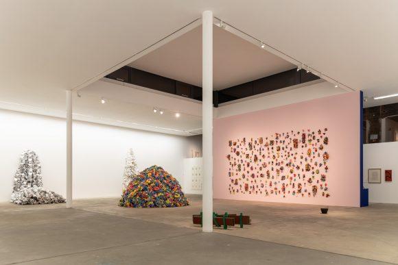 <p>Hassan Sharif, Installationsansicht der Ausstellung <em>I Am The Single Work Artist</em> in den KW Institute for Contemporary Art, Berlin 2020; Courtesy Sharjah Art Foundation Collection, Foto: Frank Sperling</p>