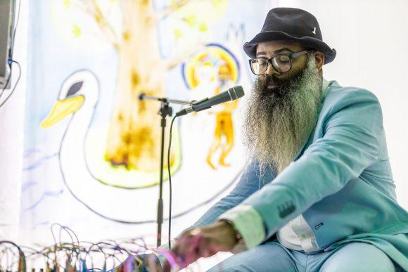 <p>Kyp Malone Lemsalu bei der Eröffnungs-Performance der Ausstellung<em> Love Song Sing-Along</em> in den KW Institute for Contemporary Art, Berlin 2020, Courtesy die Künstler*innen, Foto: Frank Sperling</p>