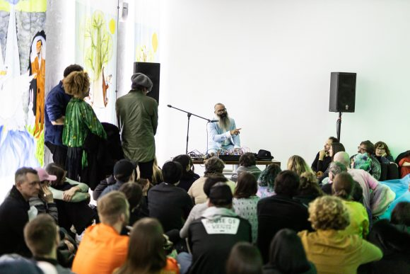 Kyp Malone Lemsalu bei der Eröffnungs-Performance der Ausstellung <i>Love Song Sing-Along</i> in den KW Institute for Contemporary Art, Berlin 2020, Courtesy die Künstler*innen, Foto: Frank Sperling