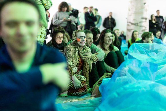 Kris Lemsalu Malone, Eröffnungs-Performance, KW Institute for Contemporary Art, Berlin 2020, Foto: Frank Sperling