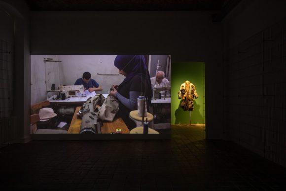 <p>Links: Jasmina Metwaly, <em>Anbar (Badrawi's atelier)</em>, 2019, Rechts: Jasmina Metwaly, <em>Untitled </em>(Detail), 2019–2020, Installationsansicht der Ausstellung <em>Mophradat's Consortium Commissions: Jasmina Metwaly & Yazan Khalili</em> in den KW Institute for Contemporary Art, Berlin 2020, Courtesy die Künstlerin und Mophradat, Foto: Frank Sperling</p>