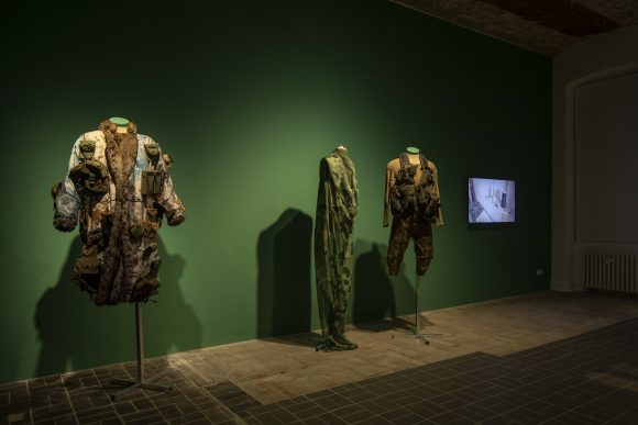 <p>Von links nach rechts: Jasmina Metwaly, <em>Untitled </em>(Detail), 2019–2020, und <em>Anbar (Marta's studio)</em>, 2019, Installationsansicht der Ausstellung <em>Mophradat's Consortium Commissions: Jasmina Metwaly & Yazan Khalili</em> in den KW Institute for Contemporary Art, Berlin 2020, Courtesy die Künstlerin und Mophradat, Foto: Frank Sperling</p>
