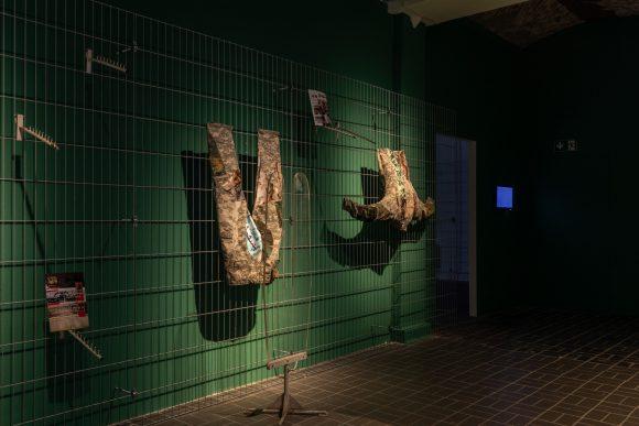 <p>Vorne: Jasmina Metwaly, <em>Untitled</em> (Detail), 2019–2020, Hinten: Jasmina Metwaly, <em>Untitled (Thank you notes), Anbar</em>, 2019, Installationsansicht der Ausstellung <em>Mophradat's Consortium Commissions: Jasmina Metwaly & Yazan Khalili</em> in den KW Institute for Contemporary Art, Berlin 2020, Courtesy die Künstlerin und Mophradat, Foto: Frank Sperling</p>