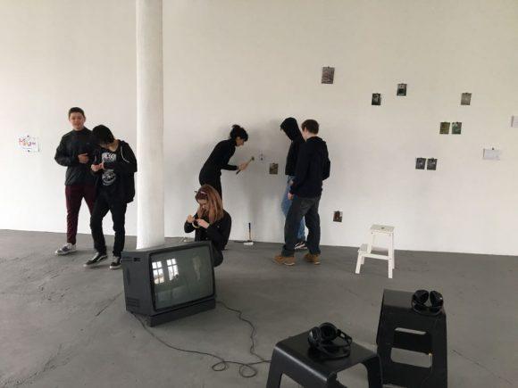 "Installing the open workshop with participants of the project  ""Gegen-Orte"", photo: Duygu Örs"