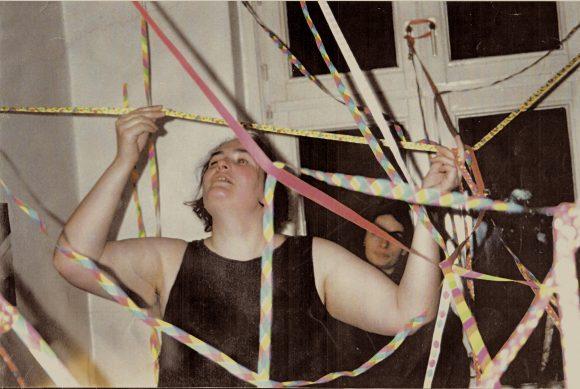 <p>Annette Wehrmann, <em>Luftschlangen</em>, Performance apartment St. Pauli, Hamburg 1992 © Ort des Gegen</p>