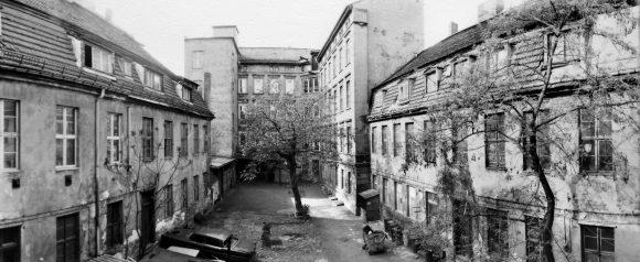 <p>Innenhof der KW Institute for Contemporary Art (vor der Renovierung), Foto: Uwe Walter, 1997</p>